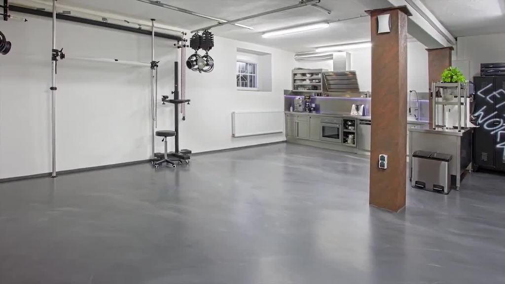 Surowe powierzchnie podłogowe są niezwykle popularne zarówno jako nowoczesne dekoracje wnętrz obiektów instytucjonalnych, jak i pomieszczeń prywatnych. Niezależnie od tego, czy celem jest stwor zenie monolitycznej, trwałej powierzchni podłogowej o charakterze przemysłowym, czy też wykonanie własnego wzoru firmowego w różnych kolorach – dzięki Floortec 2K-Mineralico SL 470 kreatywność nie zna granic.