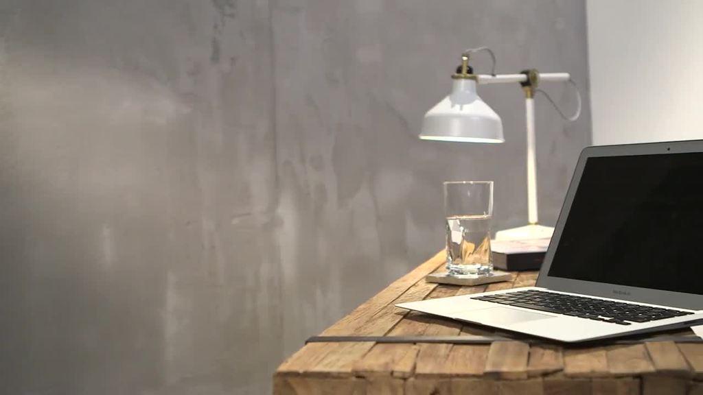 W dekoracji wnętrz coraz większą popularność zyskuje surowy charakter powierzchni betonowych. Ściany w stylu betonu warstwowego sprawiają wrażenie wytrzymałych i tworzą atmosferę w stylu loftu. W przeciwieństwie do prawdziwego betonu technika wykonania z wykorzystaniem powłoki Creativ Sentumento 78 ma tę zaletę, że można w nią wkomponować napisy lub logo. Podobieństwo do betonu warstwowego uzyskuje się dodatkowo dzięki charakterystycznym spoinom. Paleta odcieni Creativ Sentimento 78 oferuje dla tej techniki dekoracyjnej specjalne spektrum kolorów betonu oraz neutralną serię szarości.