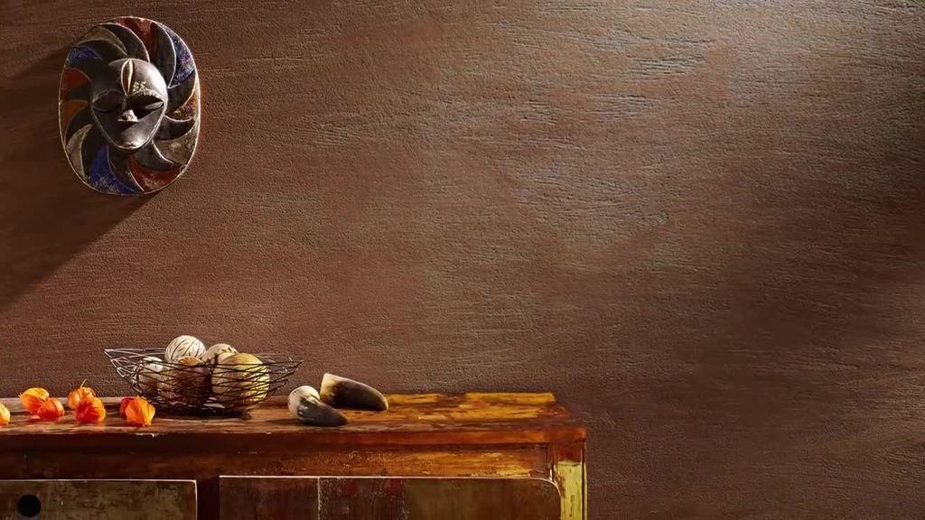 Do wykonywania ekskluzywnych powierzchni w rustykalnym stylu zaleca się skorzystanie z techniki struktury antycznej. W ramach tej techniki można ekonomicznie wykonywać dekoracje nawet dużych po wierzchni, które, dzięki swojej grubej strukturze, sprawiają wrażenie bardziej dominujących niż te o drobnej strukturze. W tym celu należy zszorstkować drugą warstwę dekoracyjną Creativ Sentimento 78 za pomocą kielni weneckiej Venezianischen Glättekelle 1764, a następnie wygładzić ją po krótkim czasie odparowania.