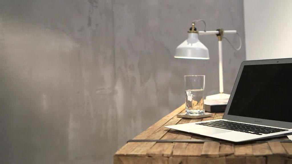 """In de interieurinrichting wordt het puristische karakter van betonoppervlakken de laatste tijd hoe langer hoe populairder. Wanden met sierbetoneffect hebben een robuuste uitstraling en geven ee n ruimte een uniek strak karakter. In vergelijking met """"echt"""" beton biedt de uitvoeringstechniek met Creativ Sentimento 78 het voordeel dat er in hoog-laagtechniek individuele tekst- of beeldlogo's in het oppervlak kunnen worden opgenomen. De gelijkenis met origineel sierbeton kan door het maken van voegen nog eens extra worden onderstreept. De kleurenwaaier Creativ Sentimento 78 biedt u voor deze manier van wandafwerking een speciaal spectrum aan betonkleuren en een neutrale grijsreeks."""