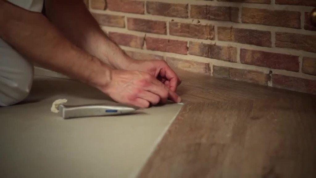 De vloer speelt in het totale vormgevingsconcept een fundamentele rol, want materiaal- en kleurkeuze zijn in hoge mate bepalend voor de sfeer van een ruimte. De Brillux designvloeren bieden u d e keuze uit de meest uiteenlopende soorten vinylvloerbedekking van topkwaliteit die nauwelijks te onderscheiden zijn van hun natuurlijke voorbeeld.