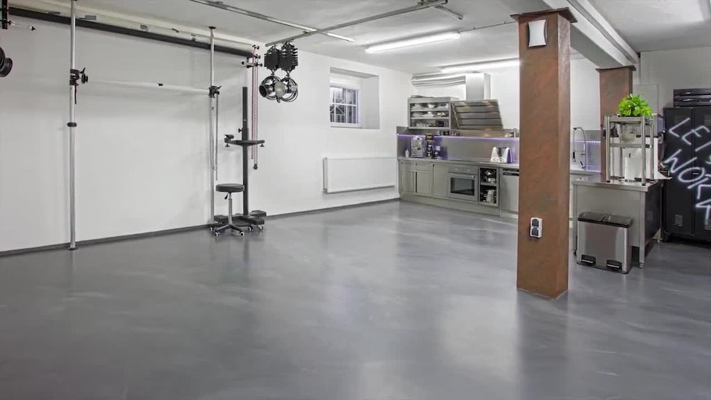 Puristic floor surfaces are in high demand in modern commercial outfitting sector as well as in private living areas. Be it to attain a monolithic, massive floor surface with industrial character or to implement one's own corporate design in different colors. There are no limits on creativity with Floortec 2K-Mineralico SL 470.