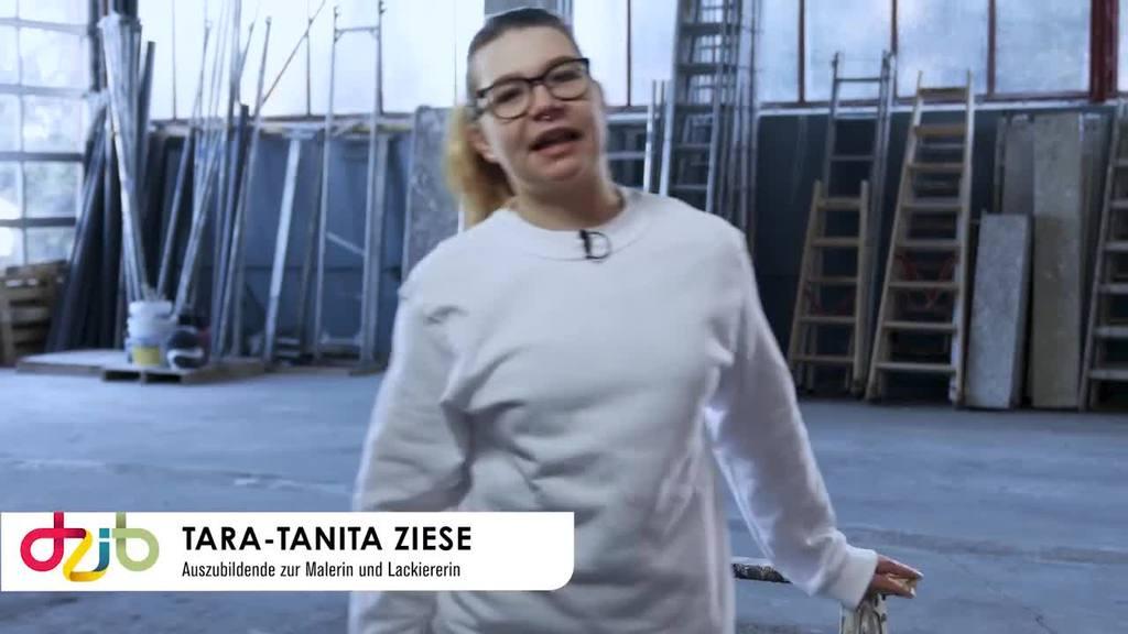 Tara-Tanita Ziese zeigt plakativ mit ihrem Arbeitseinsatz an einer Hausfassade, dass der Malerberuf facettenreich ist und immer neue Herausforderungen bietet. Sie erzählt, welche Aufgaben ihr am meisten Spaß machen und was sie an ihrer Arbeit besonders stolz macht.