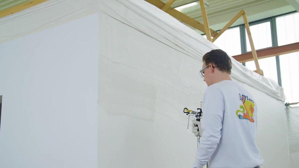 Fabian Schütte, Qutaiba und Huthayfa Hameed absolvieren ihre Ausbildung zum Maler und Lackierer bei der Firma temps. Die drei Azubis erzählen in diesem Berufeclip mit dem Schwerpunkt Maschinentechnik, wieso sie sich für den Beruf entschieden haben und welchen Herausforderungen sie sich alltäglich stellen müssen.