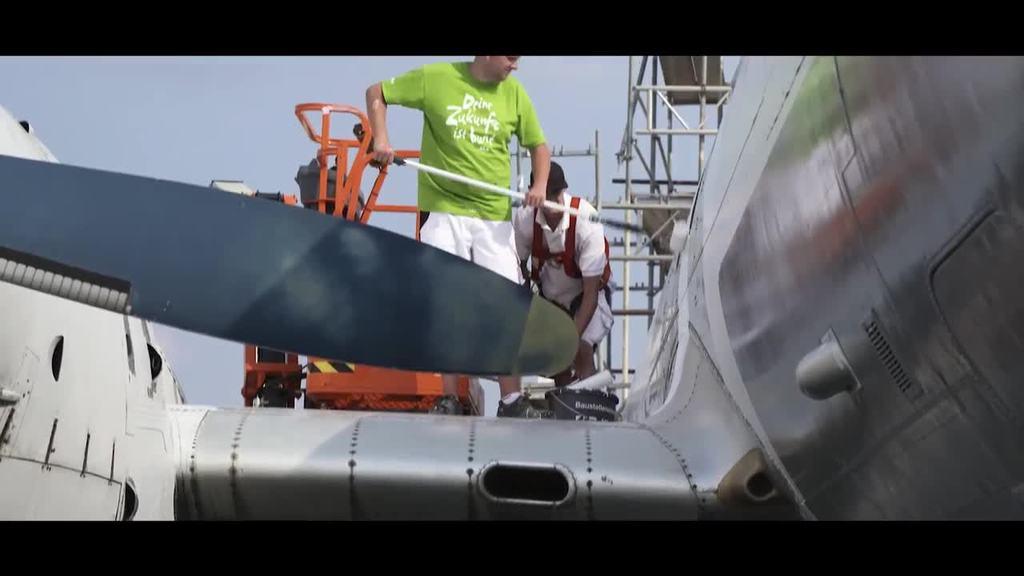 Iljuschin IL-18 erhält neue Lackierung   Video